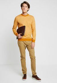 GAP - V-SLIM STRETCH - Jeans slim fit - mission tan - 1