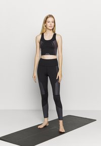 South Beach - SCOOP NECK MUSCLE BACK LONGLINE - Light support sports bra - black/cocoa - 1