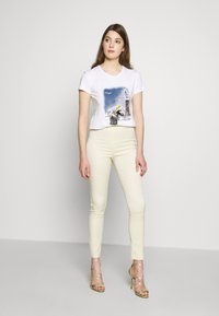 Patrizia Pepe - MAGLIA - T-shirts med print - bianco/venezia - 1