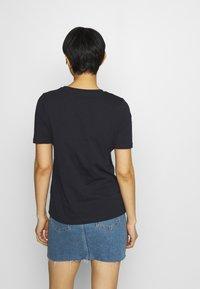 Tommy Hilfiger - REGULAR SCRIPT OPEN TEE - Camiseta estampada - desert sky - 2