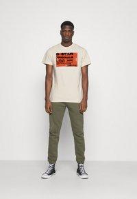 G-Star - FLOCK BADGE GRAPHIC - T-shirt med print - whitebait - 1
