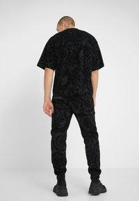 Versace Jeans Couture - BAROQUE JOGGERS - Verryttelyhousut - black - 2