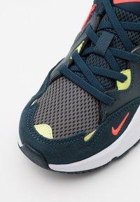 Nike Sportswear - AIR MAX FUSION UNISEX - Sneakers laag - deep ocean/bright crimson/iron grey/limelight - 5