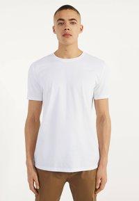 Bershka - MIT RUNDAUSSCHNITT - Basic T-shirt - white - 0