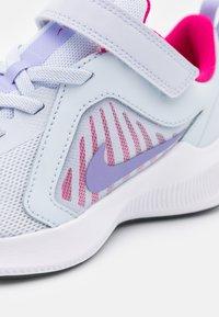 Nike Performance - DOWNSHIFTER 10 UNISEX - Neutrální běžecké boty - football grey/purple pulse/thunder blue/white - 5