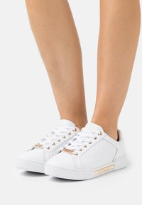 Tommy Hilfiger - MONOGRAM ELEVATED - Zapatillas - white - 0