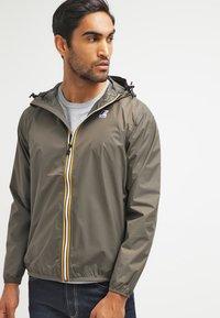 K-Way - LE VRAI CLAUDE UNISEX - Waterproof jacket - torba - 0