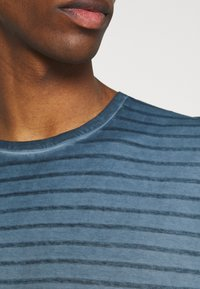 Marc O'Polo - SHORT SLEEVE ROUND NECK AMERICAN SHOULDER - Print T-shirt - total eclipse - 5