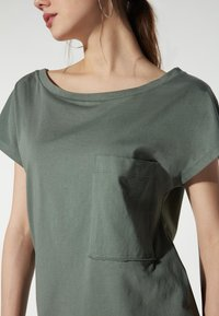 Tezenis - BRUSTTASCHE - Basic T-shirt - light military - 1