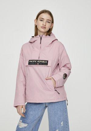 MIT BAUCHTASCHE UND PATCH IM KONTRAST 05713349 - Light jacket - pink