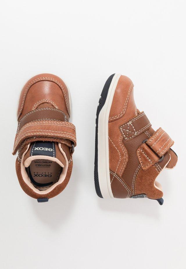 NEW FLICK BOY - Höga sneakers - brandy