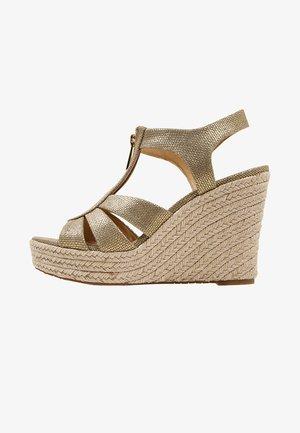 BERKLEY WEDGE - Platform sandals - pale gold