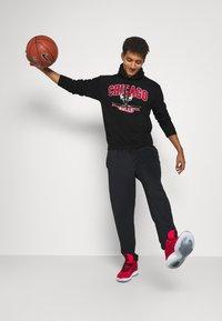Mitchell & Ness - NBA CHICAGO BULLS ARCH LOGO HOODY - Klubbkläder - black - 1