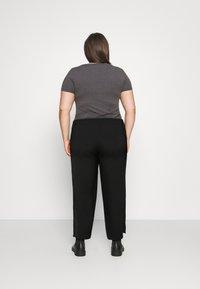 Pieces Curve - PCKELLIE CULOTTE - Trousers - black - 2