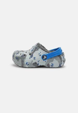 CLASSIC LINED CAMO - Pantolette flach - light grey