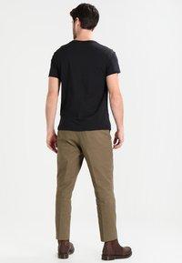 Timberland - CREW CHEST - Basic T-shirt - black - 2