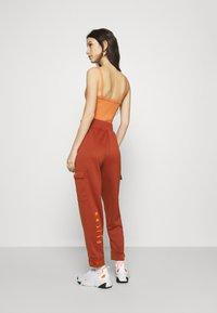 Nike Sportswear - W NSW SWSH - Trousers - firewood orange - 2
