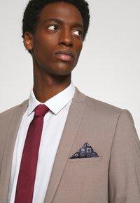 Burton Menswear London - EPP AND GEO SET - Tie - burgundy - 0