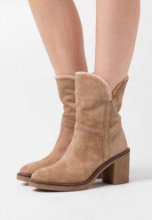 CREP - Kotníkové boty - almond