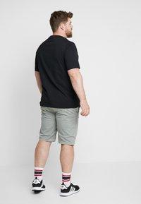 Calvin Klein - B&T STRIPE LOGO  - T-shirt imprimé - black - 2