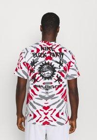 Nike Performance - FEST TEE - T-shirts print - white/black/gym red - 2