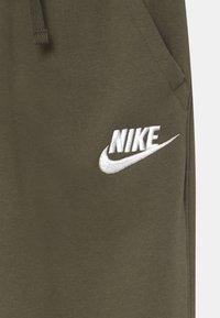 Nike Sportswear - CLUB  - Teplákové kalhoty - cargo khaki/white - 2