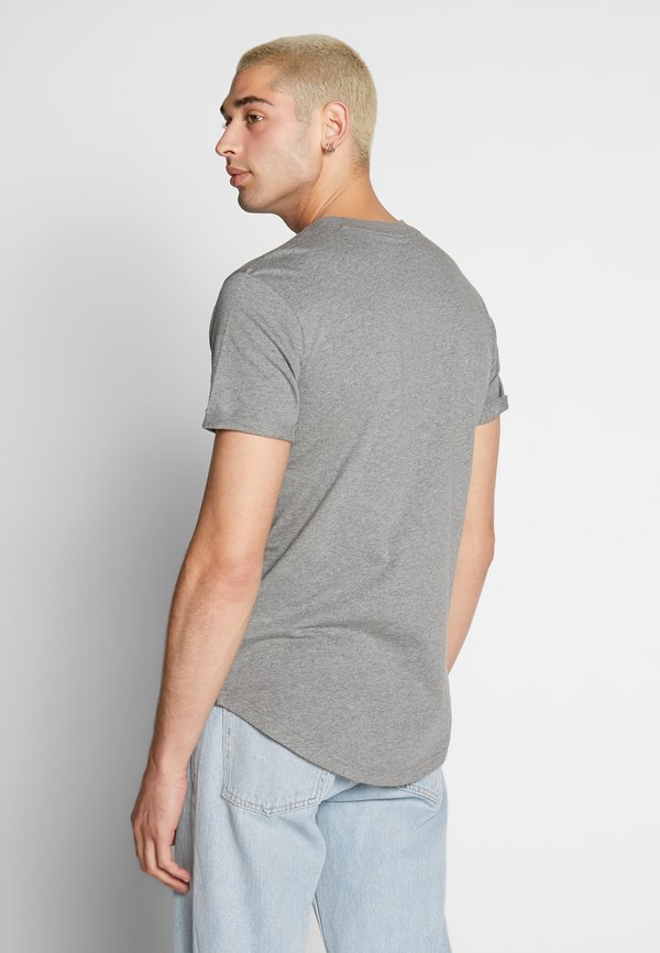 Calvin Klein Jeans BADGE TURN UP SLEEVE - T-shirt basic - mid grey heather/szary Odzież Męska XURI