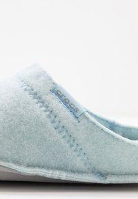 Crocs - CLASSIC ROOMY FIT - Domácí obuv - mineral blue - 2
