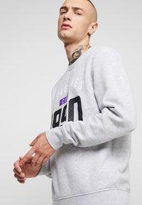 Jack & Jones - JCOCARVING CREW NECK - Sweatshirts - light grey melange - 3