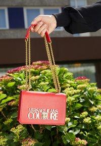 Versace Jeans Couture - SAFFIANO LOCK CROSSBODY - Taška spříčným popruhem - rosso - 6