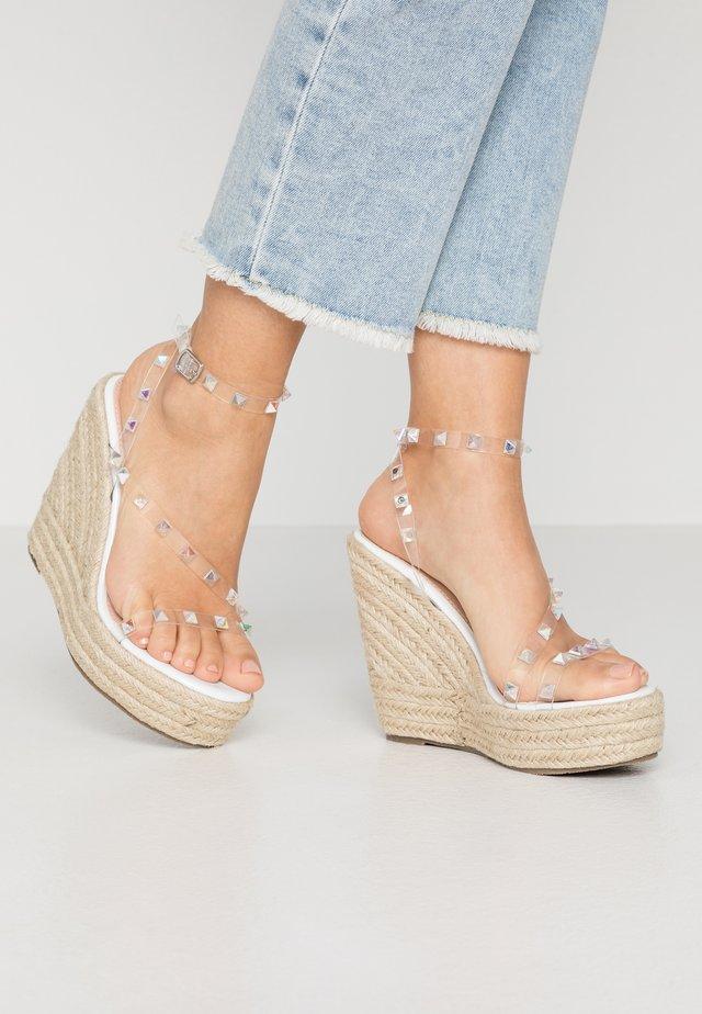 RENNA - Korolliset sandaalit - clear/white