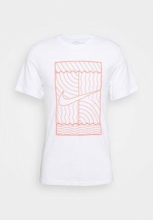 TEE COURT  - Print T-shirt - white/bright mango
