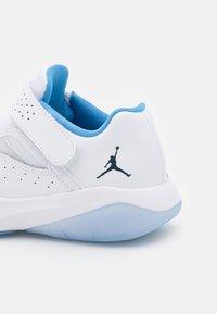 Jordan - 11 CMFT LOW UNISEX - Basketball shoes - white/armory navy/university blue - 5