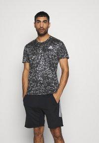 adidas Performance - TEE MEN - Camiseta estampada - grey four - 0