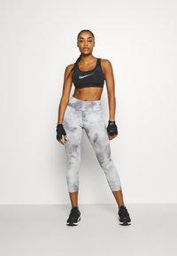 Nike Performance - BRA - Sujetadores deportivos con sujeción media - black/dark smoke grey - 1