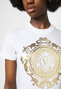 Versace Jeans Couture - Print T-shirt - optical white/gold - 5