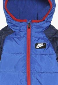 Nike Sportswear - CIRE SNOWSUIT BABY - Lyžařská kombinéza - game royal - 4