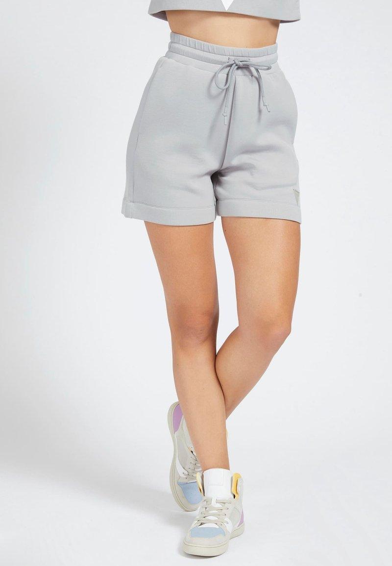 Guess - LOGODREIECK - Shorts - grau