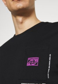 Pier One - CHEST POCKET TEE - T-shirt con stampa - black - 5