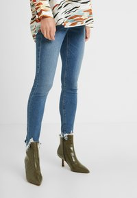 Topshop Maternity - JAMIE JAGGED HEM - Jeans Skinny Fit - blue denim