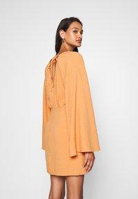 Missguided - TEXTURED PLUNGE FLARE SLEEVE DRESS - Kjole - orange - 2