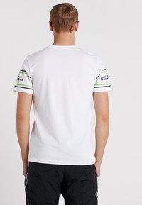 New Era - NFL BADGE TEE - Club wear - white - 2