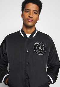 Nike Performance - M J PARIS ST GERMAIN VARSITY JACKET - Bomber Jacket - black/bordeaux/metallic gold - 3