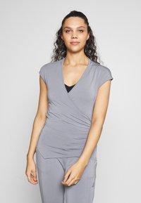 Curare Yogawear - T-shirts - pearl grey - 0