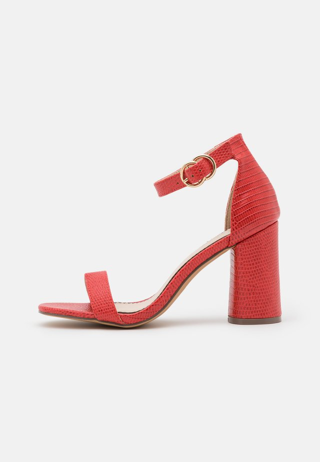 WIDE FIT SOPHIA 2 PART BLOCK HEEL - Sandales - red