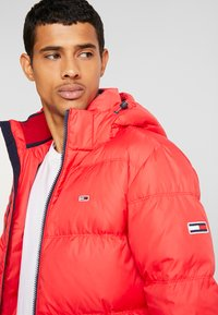 Tommy Jeans - ESSENTIAL JACKET - Down jacket - racing red - 4