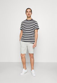 Selected Homme - MAXWELL ONECK TEE - Print T-shirt - sky captain/melange - 1