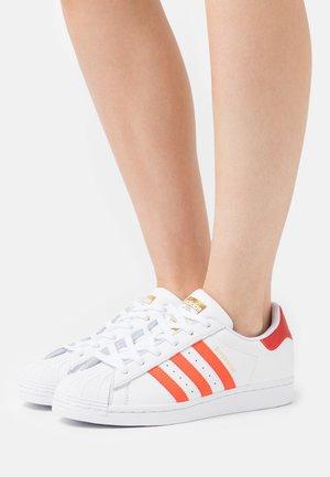 SUPERSTAR  - Sneakers basse - footwear white/solar red/scarle