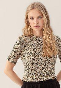 Moss Copenhagen - MABEA SS - Print T-shirt - black flower - 0