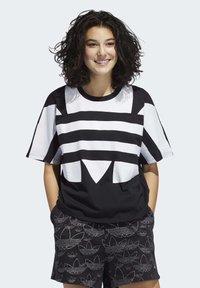 adidas Originals - LARGE LOGO T-SHIRT - Print T-shirt - black - 0
